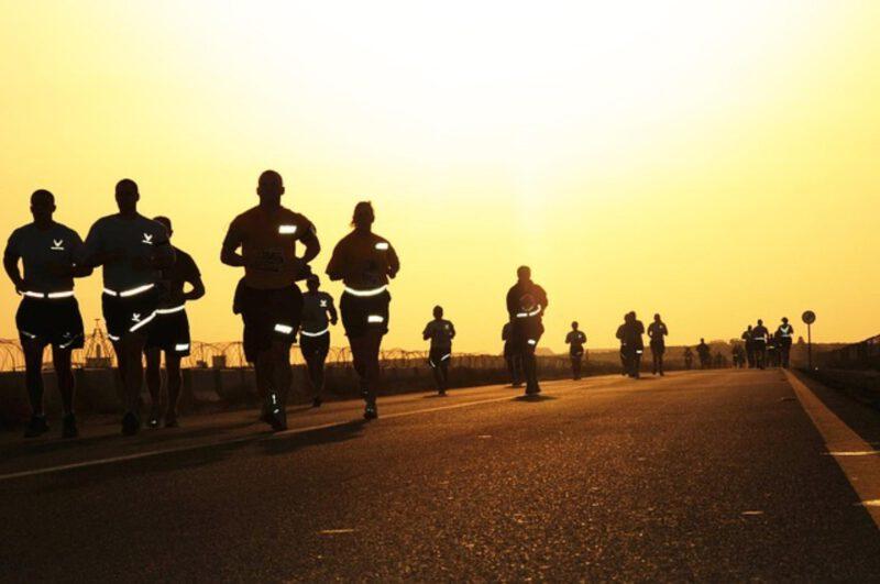 Dlaczego warto korzystać z odblasków dla biegaczy?